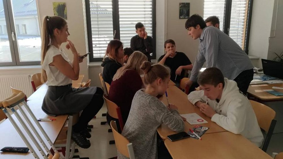 Na Střední průmyslové škole Ostrov se uskutečnil krajský turnaj soutěže pIšQworky, na kterém se rozhodovalo, který z dvanácti týmů postoupí na brněnské Grandfinále.