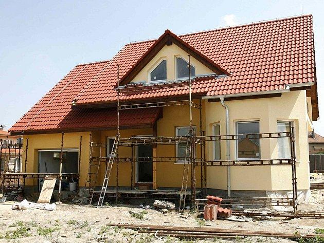 Počet dokončených bytů v bytových domech klesl, staví se spíše rodinné domky.