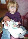 Dvouletá Josefínka chová svoji sestřičku Františku, která se narodila 25. 10. 2014 ve FN v Plzni. Z obou holčiček se radují rodiče Martina a Vladimír Johanovi z Karlových Varů.