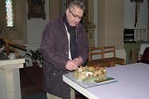 TRADIČNÍ ADVENTNÍ VĚNEC nemůže ve starorolském kostele Nanebevstoupení Páně, který spravuje farář Vladimír Müller (na snímku), chybět.