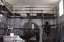 Kostel sv. Jakuba většího v Ostrově. Triumfální oblouk s odhalenými freskami.