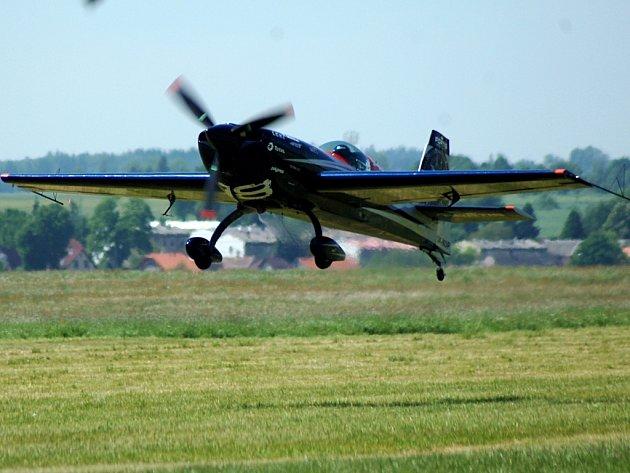 Vzhůru k nebesům. Akrobatičtí piloti na karlovarském pohárku předvádějí báječné kousky. Přijeli piloti z celé   republiky a také z Německa.