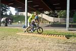 Na koupališti Rolava se v těchto dnech koná příměstský tábor pro in-line bruslaře, který má děti naučit jezdit bezpečně na bruslích.