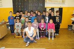 Prvňáčci ze Základní školy v Kyselce s paní učitelkou Věrou Grünwaldovou.