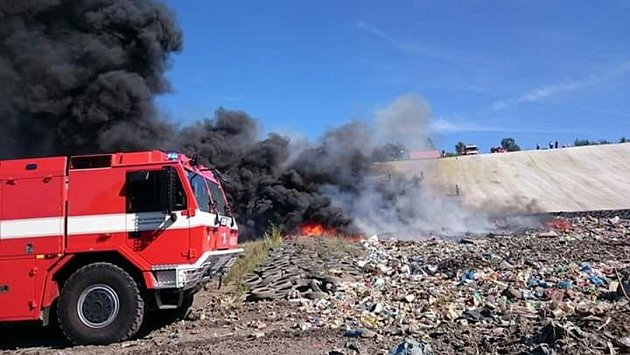 Požár skládky odpadu u Čichalova.