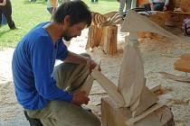 MISTŘI ŘEZBÁŘI. Abertamy už patří k místům, kam se každý rok mistři řezbáři rádi vracejí a vytvářejí svá díla.
