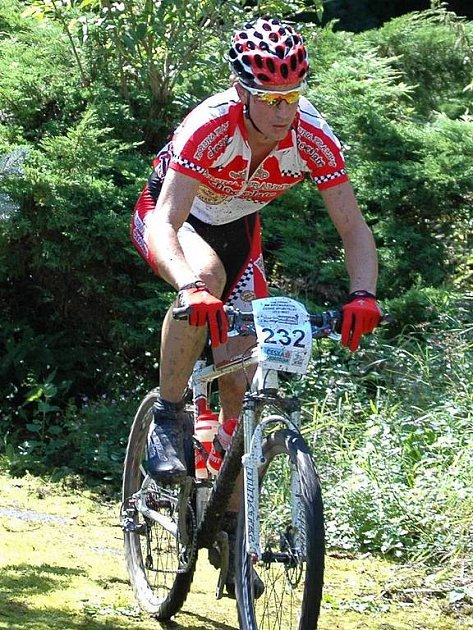 Král Šumavy Ladislav Fabišovský na trati Karlovarského AM bikemaratonu.