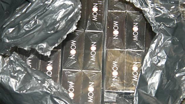 Kartony cigaret s padělanými kolky.