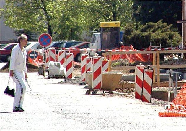 Budování parkovacích míst v Nové Roli započalo už v minulém volebním období.