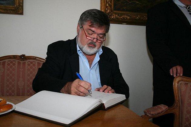 Jedním z porotců na Dvořákově pěvecké soutěži v Karlových Varech bude Peter Dvorský.
