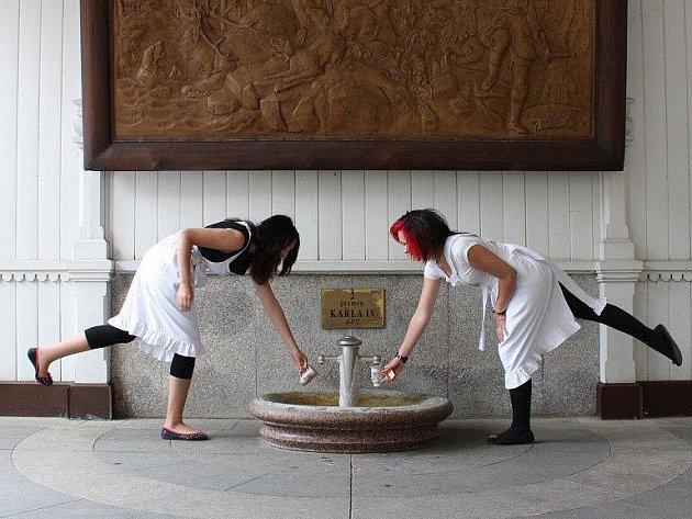 KRÁSNÉ PRODAVAČKY. U léčivého pramene Karla IV. nalévají vodu hostům do pitných pohárků sličné dívky.