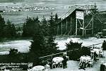 U Vlčího kamene na svahu nedaleko Pramenů stávalo středisko zimních sportů. Foto: archivní dobová pohlednice