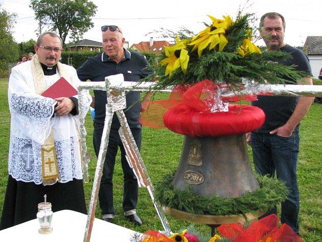 ANI HORÁM se po Karlových Varech nestýská. V obci to žije, letos tu byla velká sláva při žehnání novému zvonu pro kapličku.
