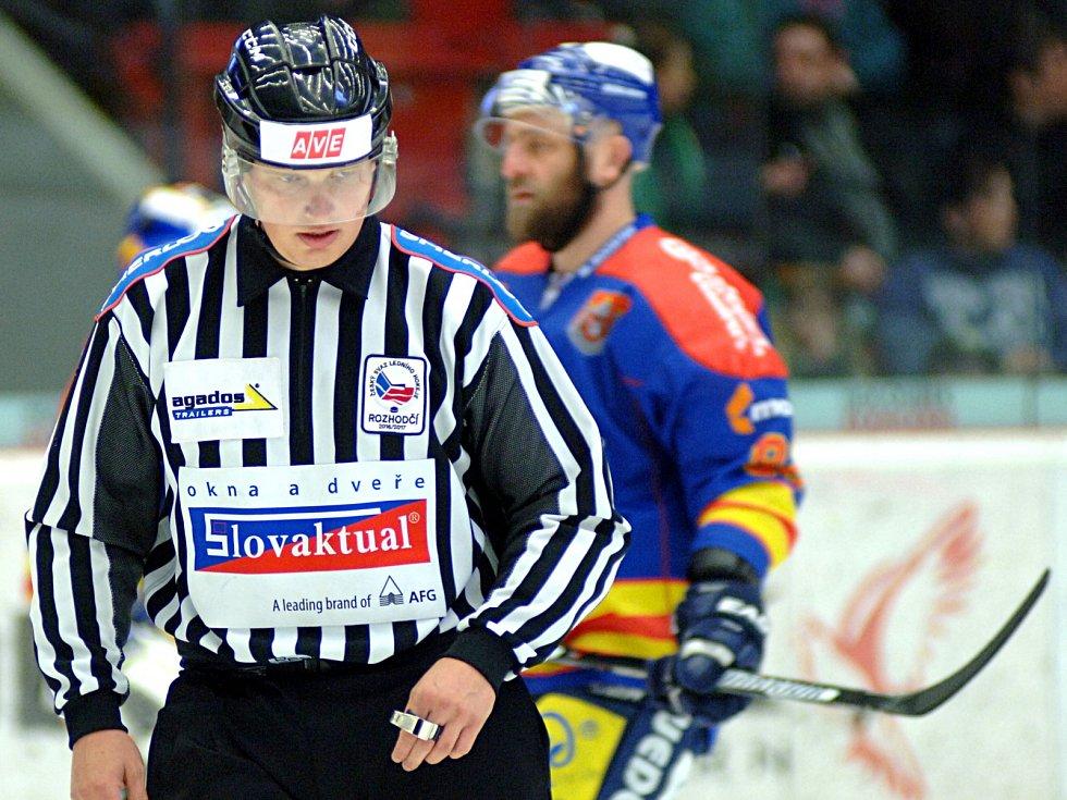 Hokejisté karlovarské Energie (v bílém) porazily České Budějovice 1:0, ani to ale na záchranu v extralize nestačilo.