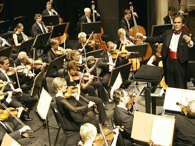 KARLOVARSKÝ symfonický orchestr si v posledních letech získává čím dál větší renomé jako jedno z nejkvalitnějších hudebních těles v Česku. Teď to ale uvnitř trochu vře a odboráři si stěžují.