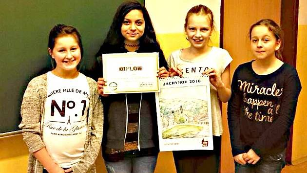 ČTYŘI ŽÁKYNĚ PÁTÉ TŘÍDY (Andrea, Vanessa, Kristýna a Adéla) z jáchymovské základní školy obdržely od radnice za vítězné logo diplom a drobné dárky.