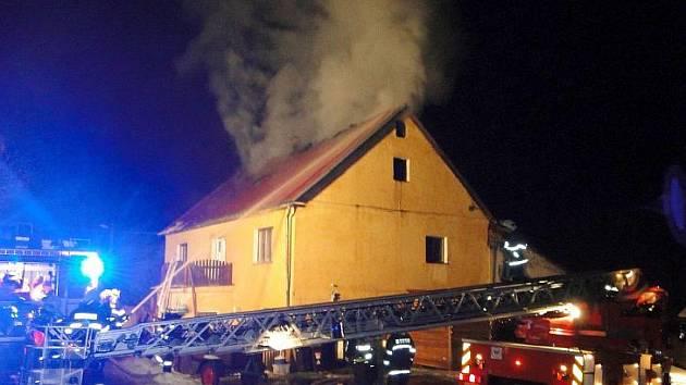 V Bečově nad Teplou hořel v noci na neděli rodinný dům. Požár zasáhl celý prostor půdy a oheň zničil vše v podkroví. Plameny dostali hasiči pod kontrolu za dvě hodiny, až do rána pak místo požáru hlídali. Škoda je odhadnuta na 1,5 milionu korun.