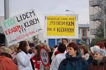 Začalo to před rokem. Tehdy lidé vyšli kvůli krizi v nemocnici do ulic a podpořili lékaře v jejich požadavcích.  Rok poté  řeší situaci v nemocnicích lékaři s politiky, s nimiž jsou v koalici.
