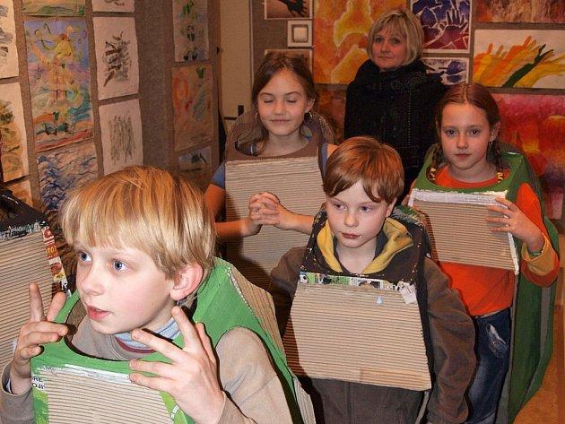 Galerie Duhová paleta. Snímek z vernisáže prací dětí.