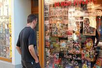 Tak vypadá nabídka v jedné z výloh prodejny levných DVD filmů, CD a hraček přímo v centru města na pěší zóně T.G. Masaryka nedaleko naší redakce.