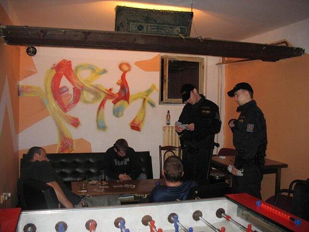 Policisté opět obcházeli a kontrolovali karlovarské hospody a restaurace při policejní akci Úklid.