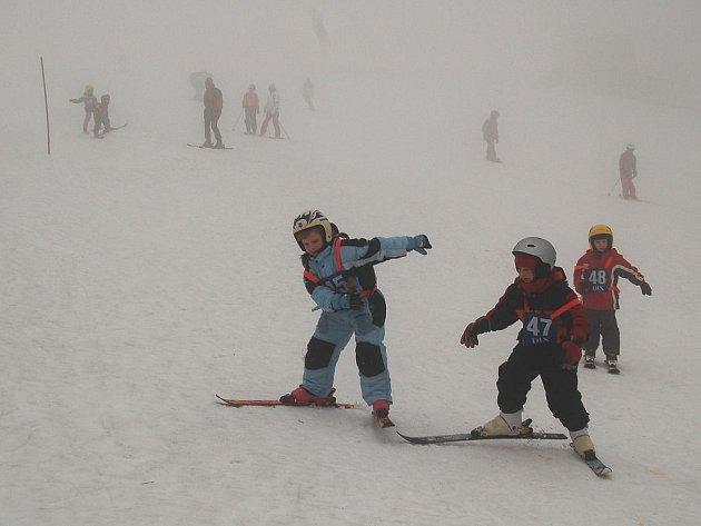 POČASÍ DĚTI NEODRADILO. Všech 150 frekventantů školy lyžování se pustilo na sjezdovku i v mlze a větru.