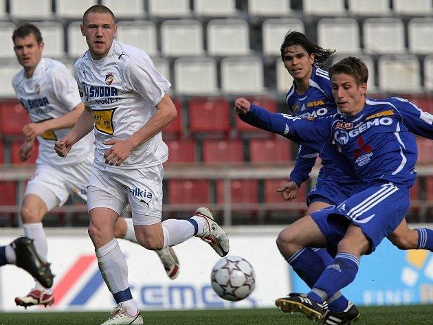 Fotbalisté Viktorie (v bílých dresech) a Olomouce v souboji o míč.