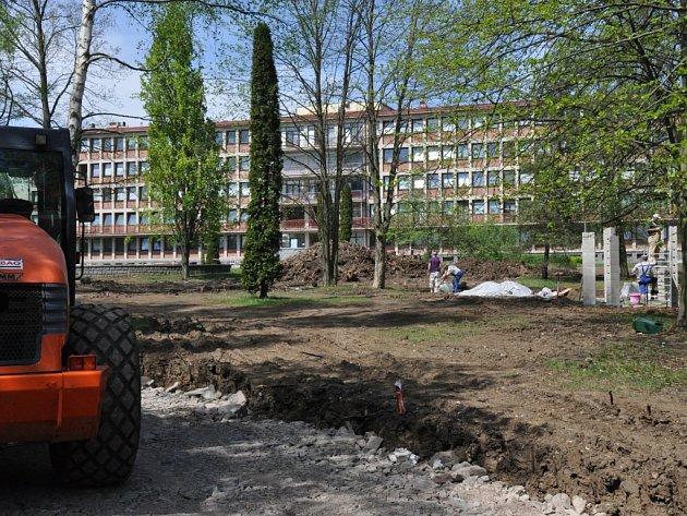 Zmodernizovaný park za ostrovskou nemocnicí by měl být dokončený v září 2012. Nabídne spoustu atrakcí.