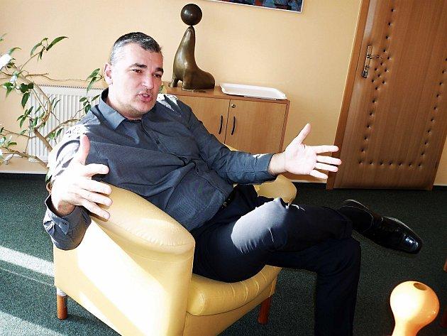 Ing. Roman Rokůsek působil dlouhých patnáct let jako ředitel Krajského úřadu Karlovarského kraje. V roce 2016 tuto funkci opustil a působil jako poradce.