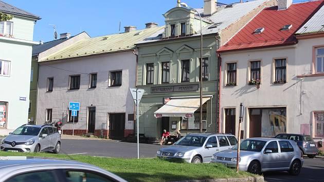 Na bochovském náměstí sídlí řada drobných provozoven.