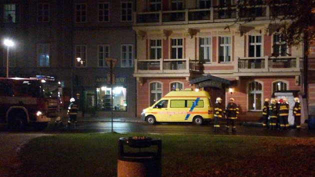 Záchranáři v centru Karlových Varů připravují převoz ženy s podezřením na vážnou infekční chorobu