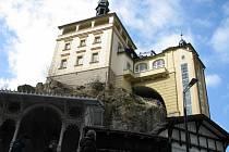 Mezi nejstarší památky v Karlových Varech patří Zámecká věž.