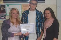 Trojice úspěšných studentů, kteří jsou na svá vítězství náležitě hrdí.