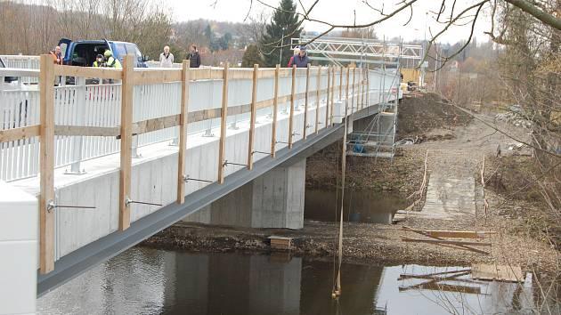 Sobotního Dne otevřených dveří na Doubském mostě si nenechala ujít asi stovka zájemců. Most si mohli projít celý.