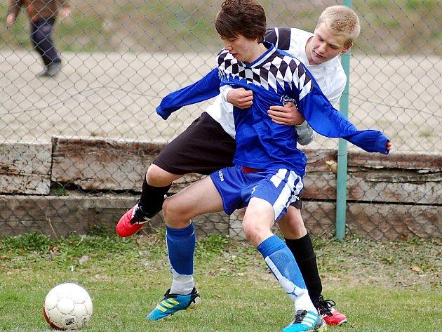 Druhé v tabulce Mariánské Lázně (v modrém) se na výhru 2:0 nad týmem Nejdku (v bílém) hodně nadřely.