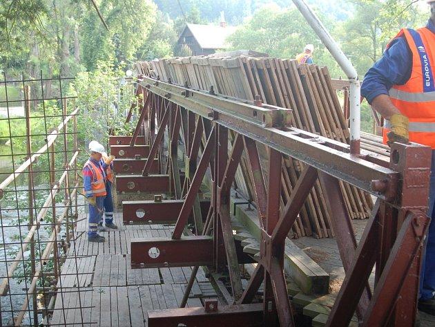 Pracovníci se do oprav šemnického mostu pustili už od ranních hodin. Do konce července by měly být všechny práce hotové. FotoPRACOVNÍCI SE DO oprav šemnického mostu pustili už od ranních hodin. Do konce července by měly být všechny práce hotové.