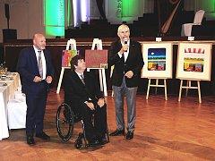Dražbu uměleckých předmětů pro dobročinné účely vedl jako licitátor Marek Eben, který je i zdatný golfista.