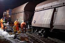 Na frekventované železniční trati mezi Karlovými Vary a Chebem dnes odpoledne vykolejila část nákladního vlaku.