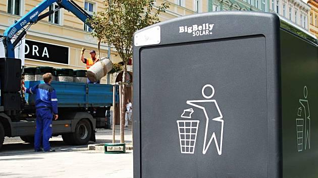 ODPADKOVÉ KOŠE, které stojí běžně v karlovarských ulicích, zmizely. Od doby filmového festivalu je nahradily automatizované nádoby na tříděný odpad nazvané BigBelly.