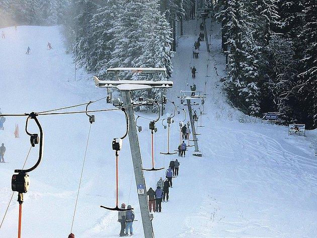 Horské skiareály hlásí ideální lyžařské podmínky. Například Bublava, odkud snímek pochází, láká na sedmdesáticentimetrovou sněhovou pokrývku.