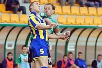 Na snímku v hlavičkovém souboji sokolovský kapitán Tomáš Pilař ( v zeleném), který vstřelil druhý gól Baníku.