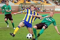 Baník Sokolov (v zeleném) po dvou prohrách na hřišti soupeřů, doma udolal tým Opavy (v pruhovaném).