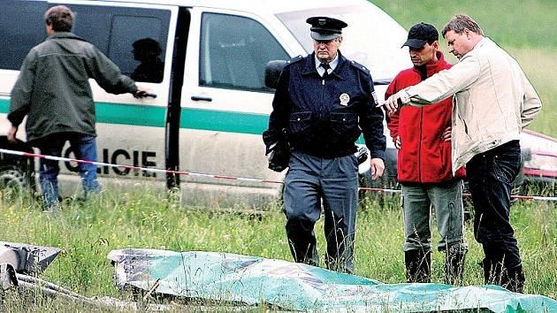 Při pádu letadla uhořeli dva lidé.