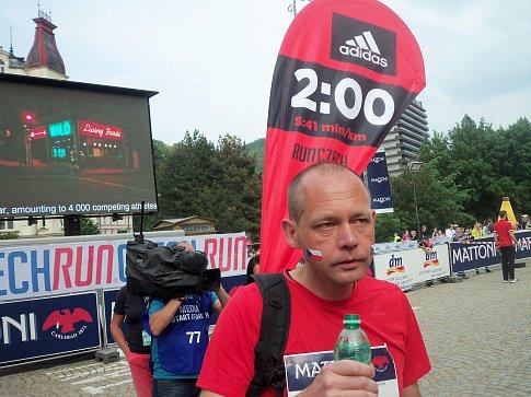 Karlovarský primátor Petr Kulhánek už dvakrát startoval při půlmaratonu jako vodič pro běžce usilující o konkrétní čas.