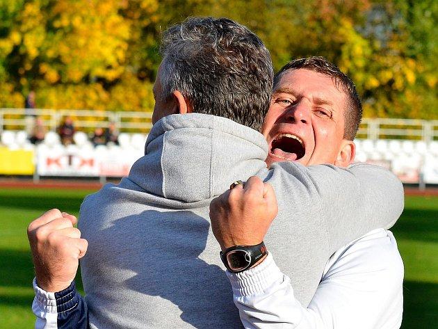 Fotbalisté Mariánských Lázní vyrabovali Hořovicko, když v 90. minutě rozhodl o výhře Viktorie jedinou přesnou ranou František Nedbalý. Branku pak trenéři náležitě oslavili.