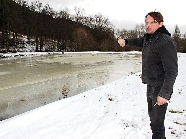 MÍSTNÍ OBYVATEL Jiří Kassl ukazuje jednu z oblastí, kde se vydry pohybují.