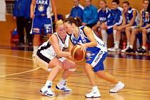 V nabitém týdnu karlovarské basketbalistky (v bílém) na své palubovce neuspěly, když nestačily na favorizovaný Trutnov (v modrém)