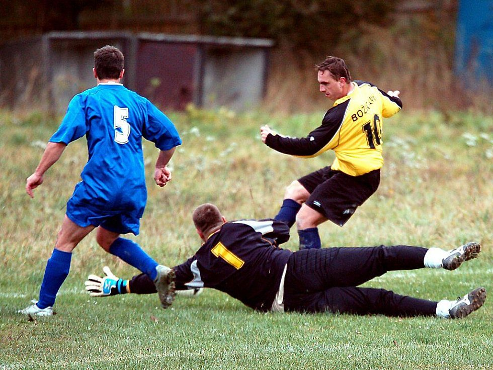 V dohrávaném utkání okresního přeboru hostil tým Bochova (v modrém) jedenáctku Božičan (ve žlutém).