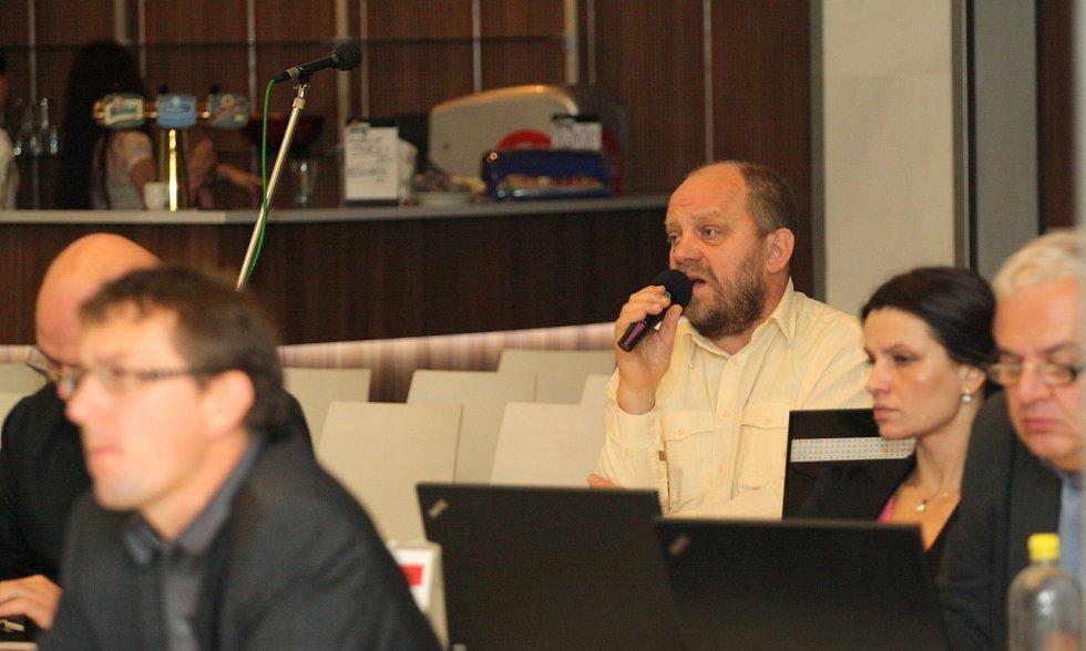 Jednání karlovarského zastupitelstva. U mikrofonu Jiří Kotek.