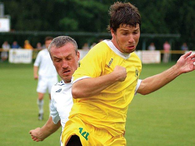 Jaroslav Kovařík (ve žlutém) přispěl k výhře Buldoků ve Varnsdorfu závěrečným pátým gólem.